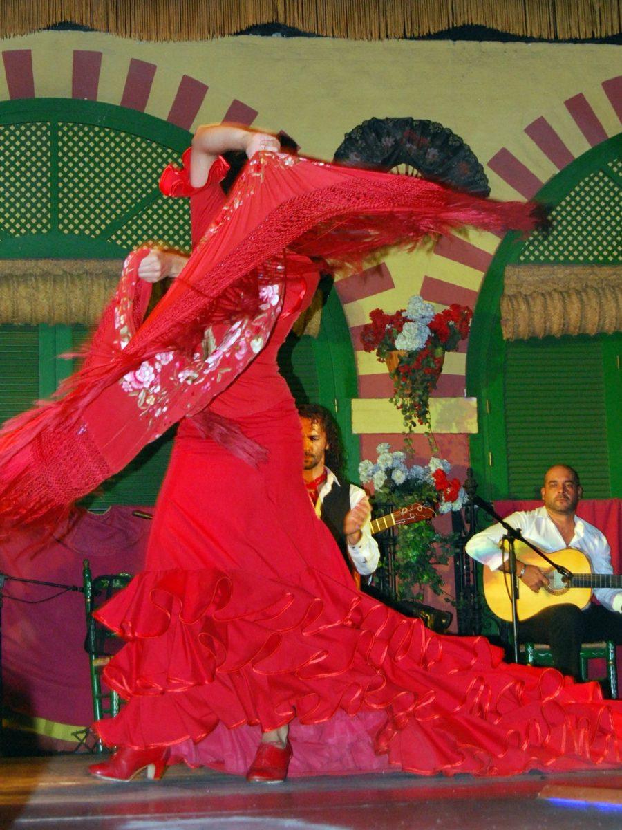 Les tenues de mode flamenco sont disponibles dans certaines boutiques spécialisées à Bordeaux. Ici, une tenue de danse traditionnelle du flamenco : la bata de cola