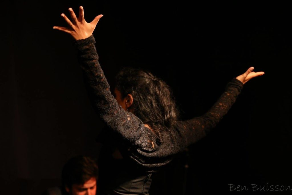 Danseuse de flamenco en spectacle tablao traditionnel à Bordeaux.
