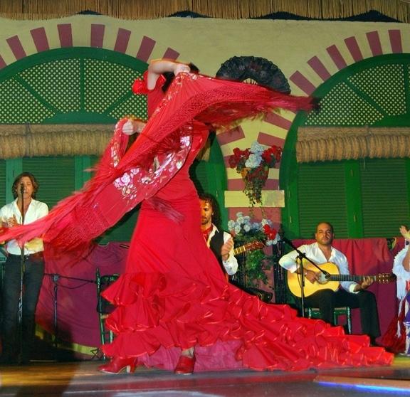 Une tenue de danse du flamenco : la bata de cola (robe avec une traine) et son châle assorti.